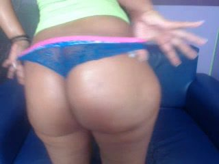 femme latine cul: cute latina shaking her gigantic ass on cam
