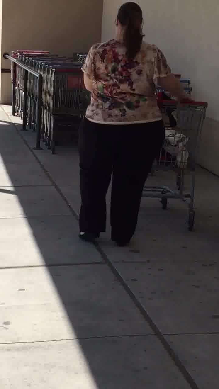 bbw grosse femme: bbw leaving supermarket