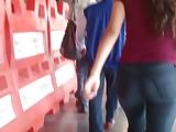 Nalgona en el metro