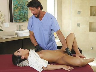 Pornstars Fingering American video: Doctor visits the spa!