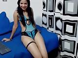 flaquita colombiana deliciosa juega en su webcam