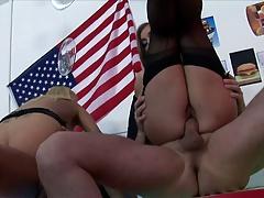Teen vlaamse debby cast twee mannen door aan hun lul te zuigen en zich diep in haar gepiercde kutje te laten neuken