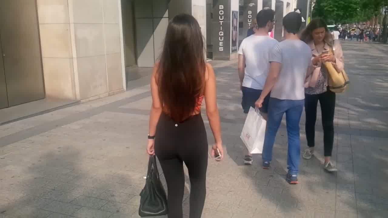 Asian girl in leggings nice ass !