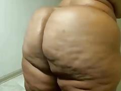 Een zwart haar kokette ethiopische meid wordt gebonkt in het bubbelbad. | Sex film met Webcam