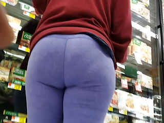 Candid Latina with a juicy ass in yoga pants