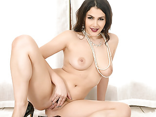 valentina-nappi-strip-down-and-play-with-her-pussy